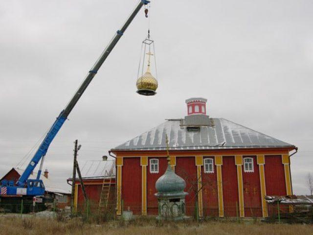 Установка купола на храм села Слободище