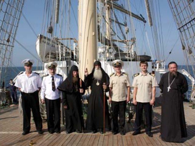 Митрополит Корнилий посетил фрегат Морского государственного университета во Владивостоке