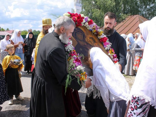 Архиерейская служба на Тихвинскую в подмосковном Устьянове