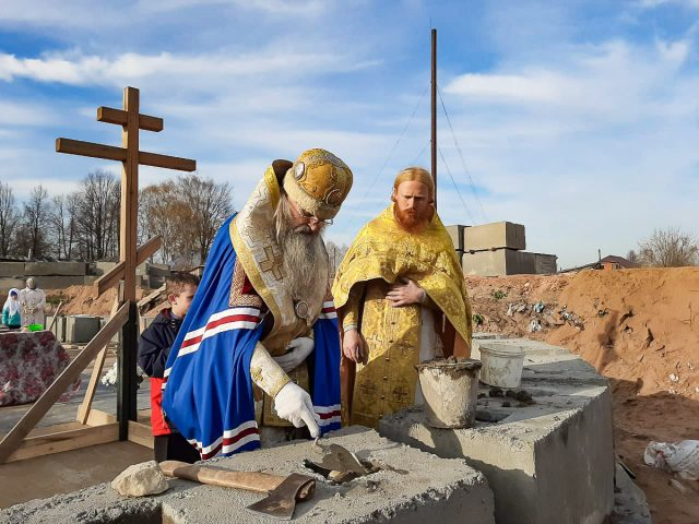 Строят храм всем миром
