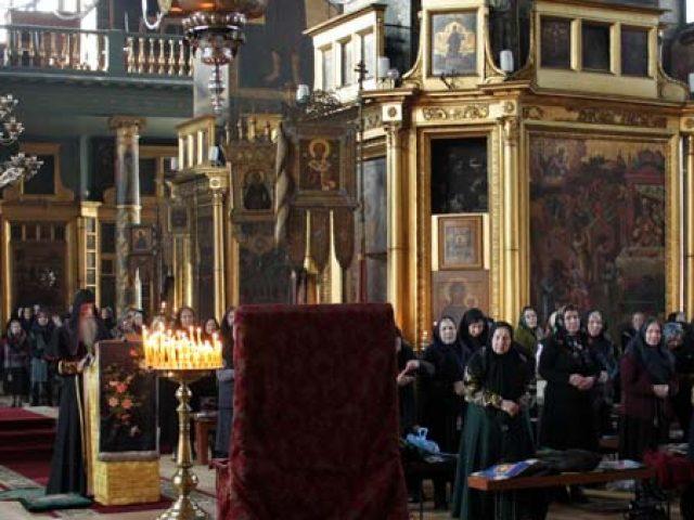 Преосвященнейший митрополит Корнилий возглавил чтение Великого покаянного канона на «Марьино стояние»