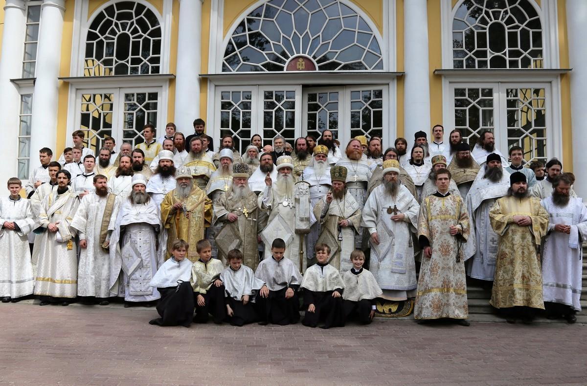 Священство по окончании богослужения на паперти Покровского собора