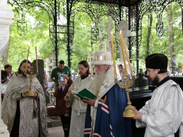 От благодарных потомков... На Рогожском кладбище после панихиды открыты отреставрированные усыпальницы Морозовых и Соловьевых