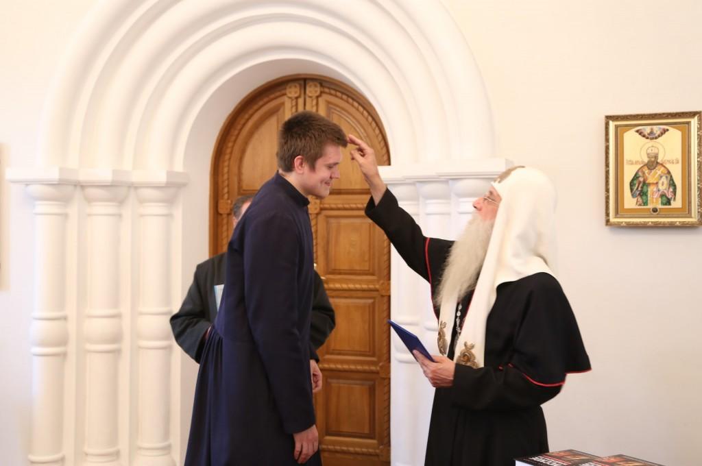 Вручение диплома выпускнику дневного отделения Георгию Нежевцу