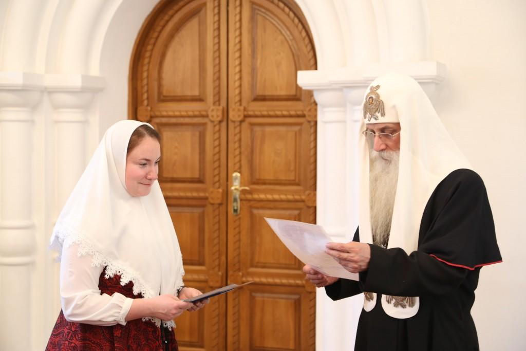 Вручение диплома выпускнице дневного отделения Елене Тонких