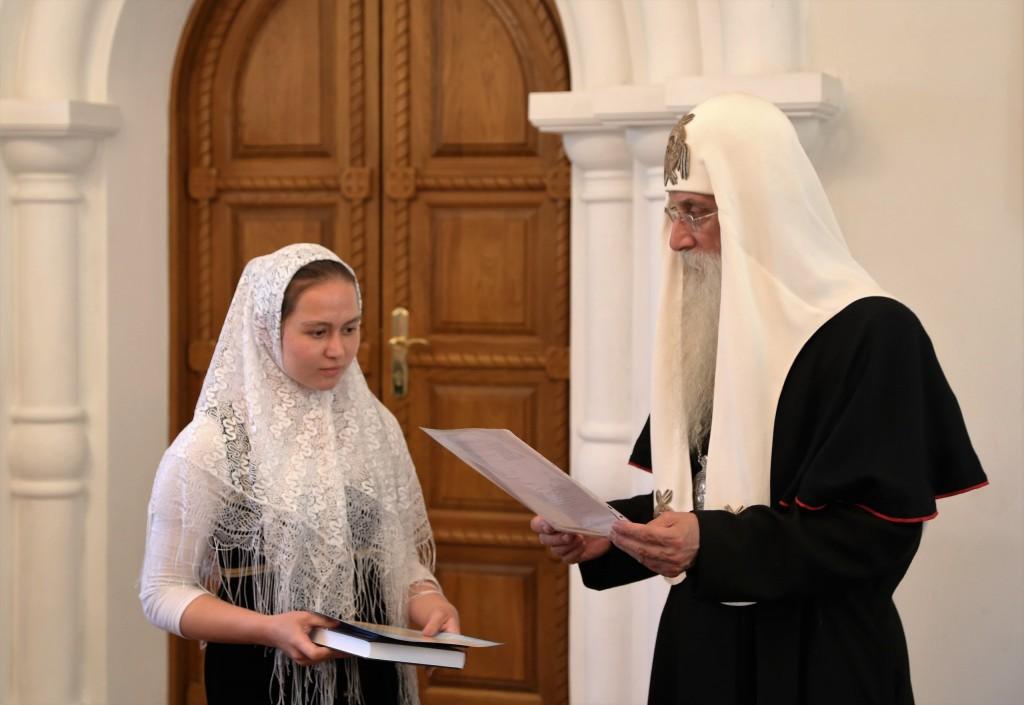 Вручение диплома выпускнице дневного отделения Мариамии Назиной