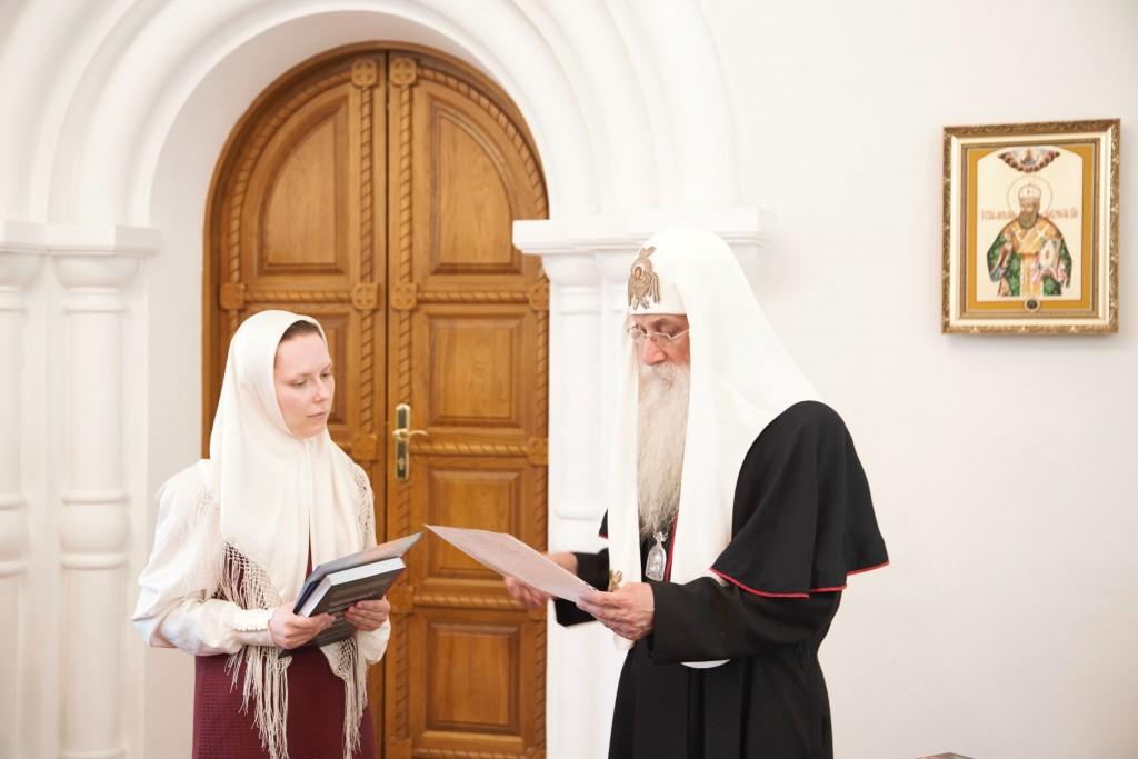 Вручение диплома выпускнце дневного отделения Ольге Самсоновой