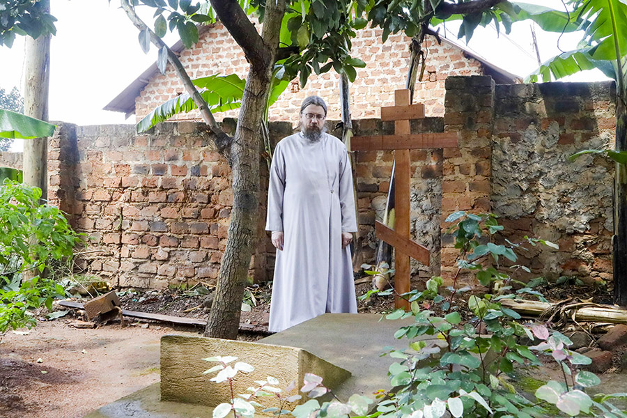Иерей Никола Бобков на могиле протоиерея Иоакима Чийимбы