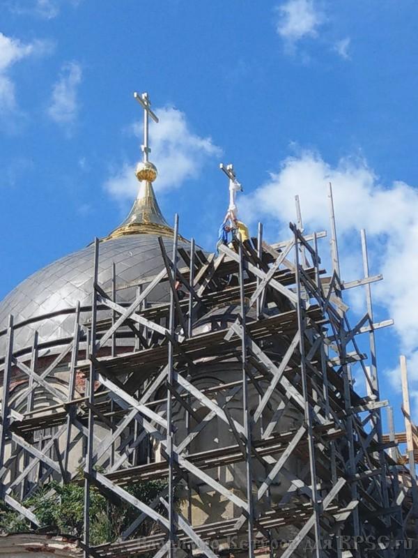 Поднятие крестов на Покровский собор Боровска