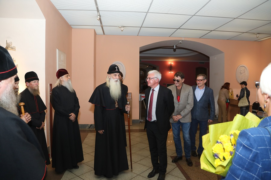 Митрополит Корнилий посетил выставку икон из коллекции Григория Лепса