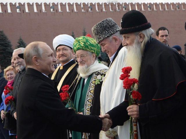 Митрополит Корнилий принял участие в возложении цветов к памятнику Минину и Пожарскому