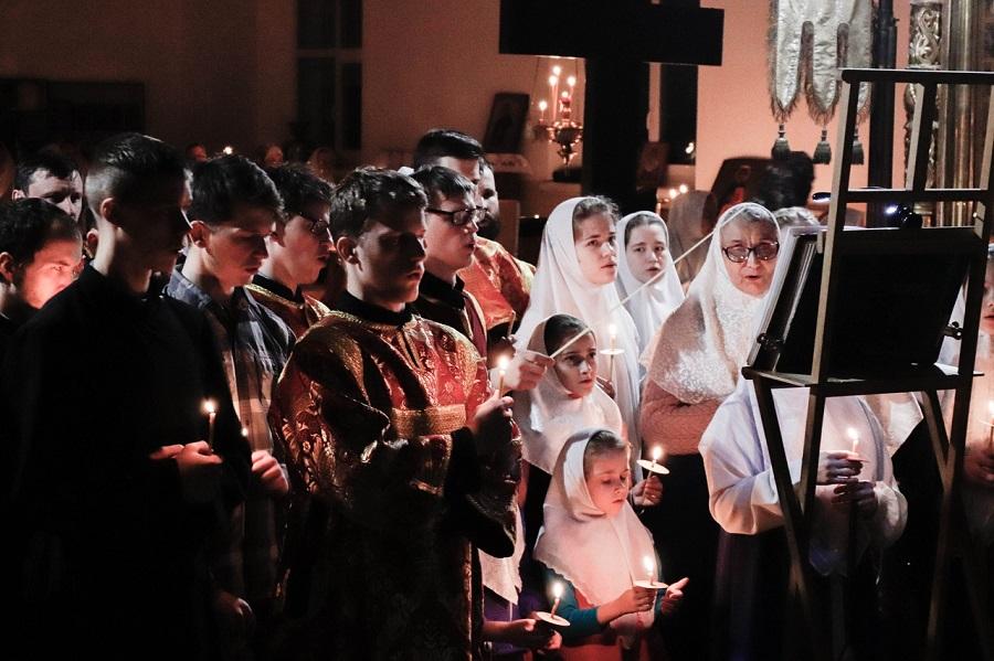Молодежь Покровского храма г. Ржева за богослужением на праздник Рожества Христова, 2019