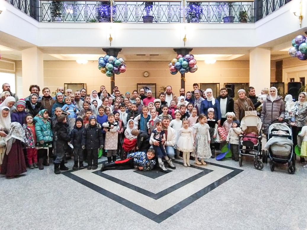 Прихожане Рогожского поздравили детей с Рожеством