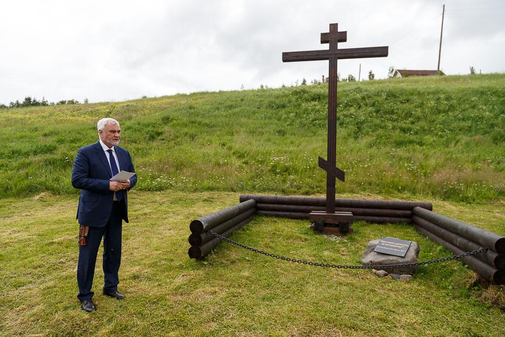 Памятный крест на берегу Печоры