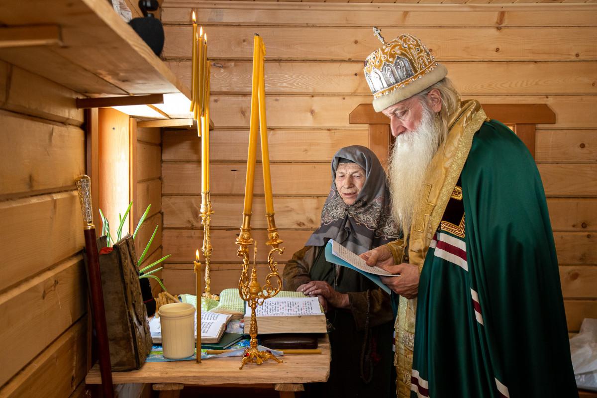 Митрополит Корнилий освятил новый дом Агафии Лыковой