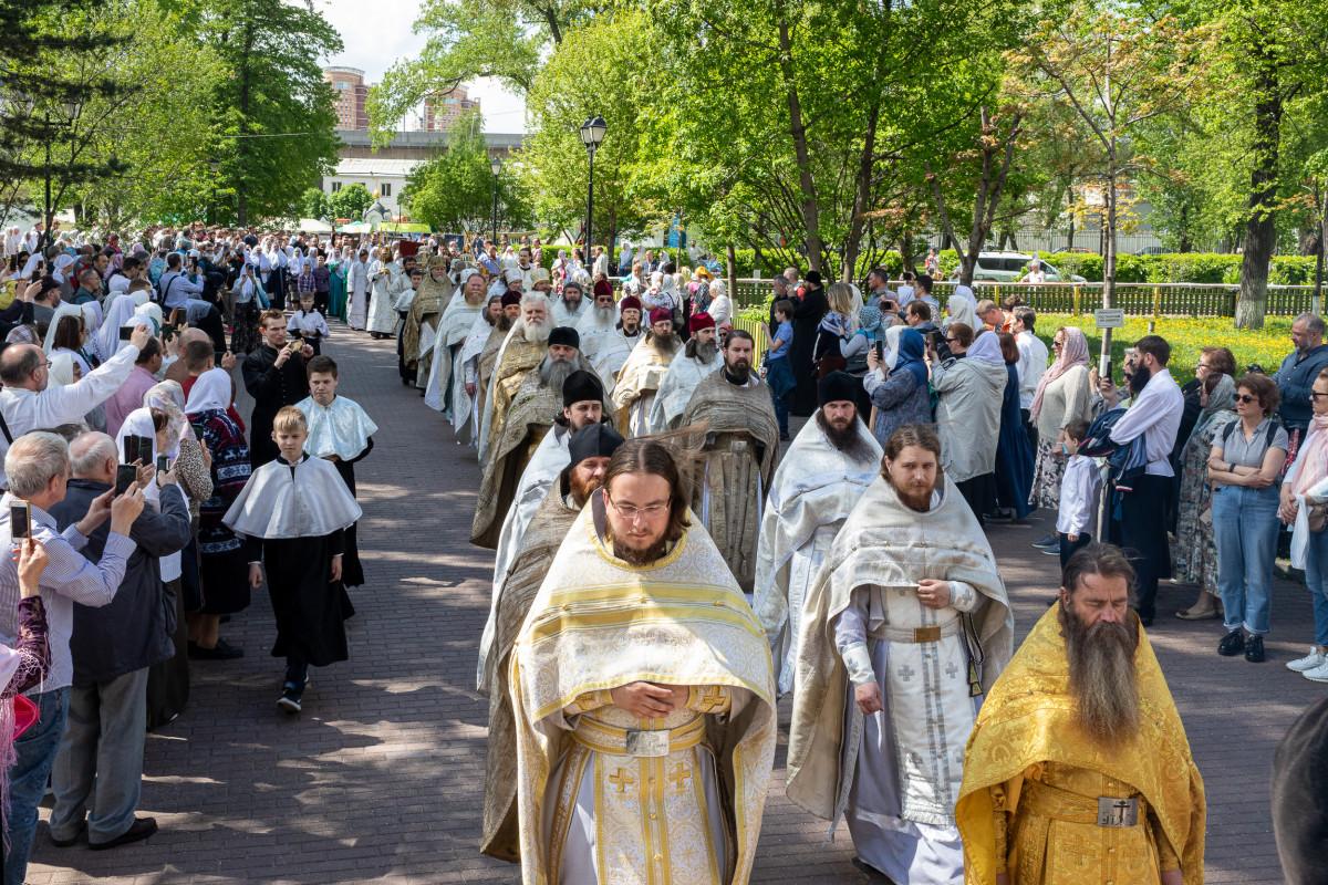 Богослужение в Неделю свв. жен-мироносиц